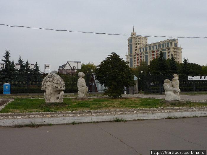 Арт Музеон — Парк скульптур. Изваяния перед входом в Парк.