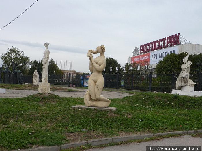Эти скульптуры также с внешней стороны парка.