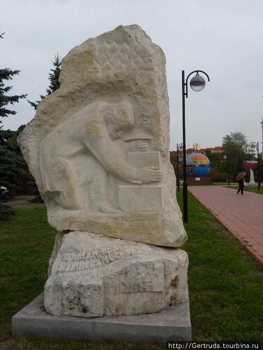Одна из первых скульптур в парке,ближе к входу, на мой взгляд, она посвящена строителям Москвы. Как всегда в наших парках и музеях не хвататет информации.
