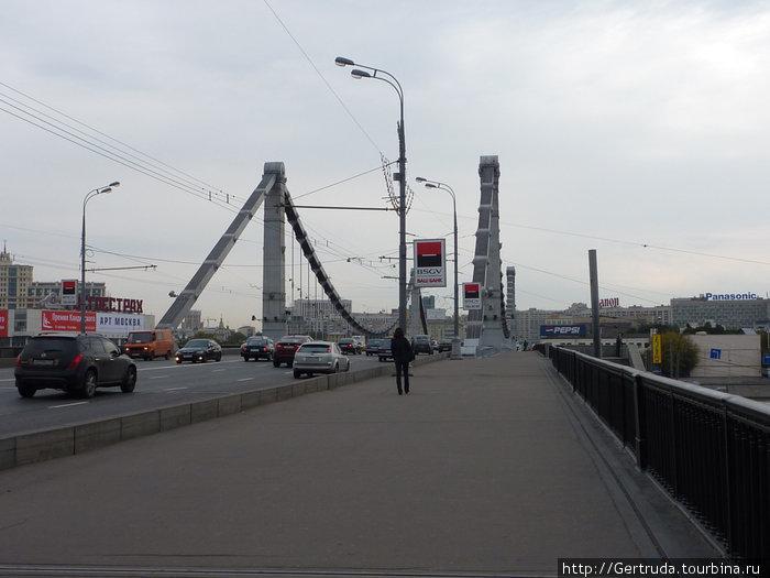 Идем в Арт Музеон по Крымскому мосту.