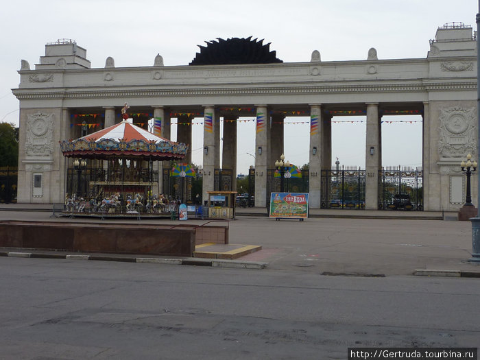 Напротив Парка скульптур величественный вход в Парк культуры им. Горького.
