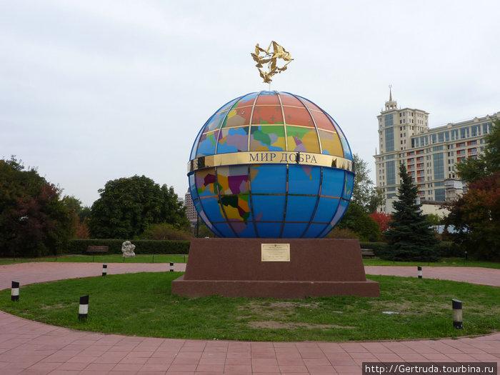 На центральной аллее Парка скульптур стоит символ мира и добра — глобус.