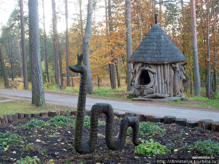 Деревянные скульптуры рядом с музеем