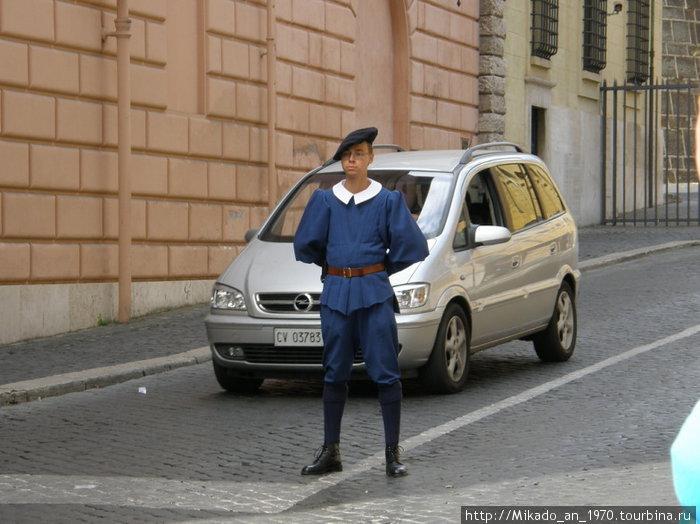 Швейцарский гвардеей на посту