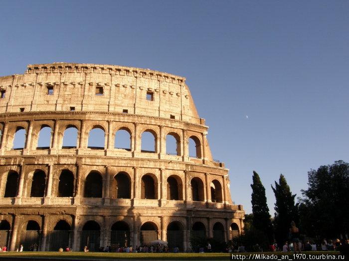 Колизей и Луна вдалеке