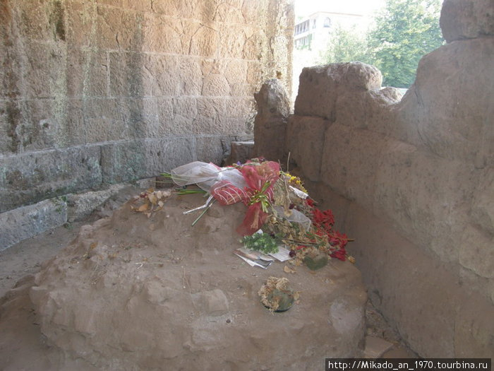 Цветы на месте убийства Юлия Цезаря