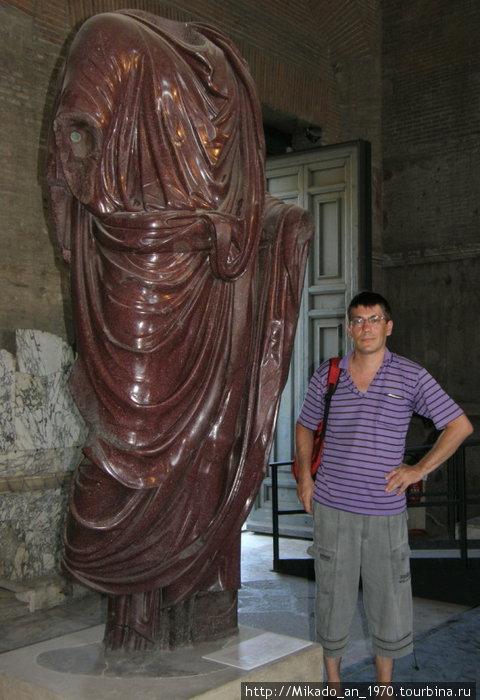 Я, рядом с порфировой скульптурой, возможно императора