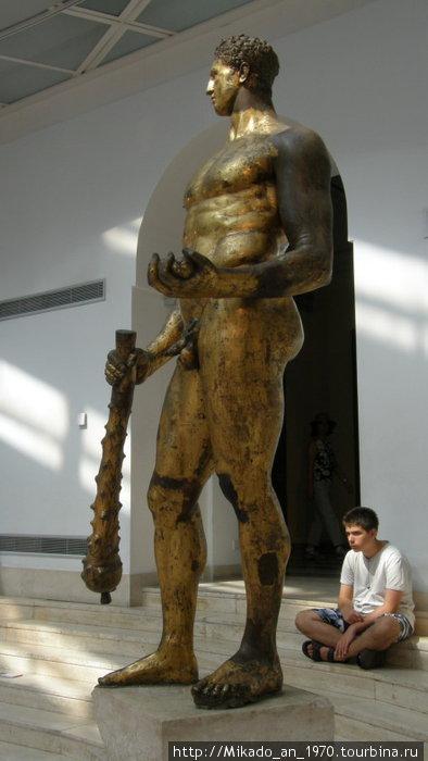 Бронзовая скульптура императору Августу в виде Геракла