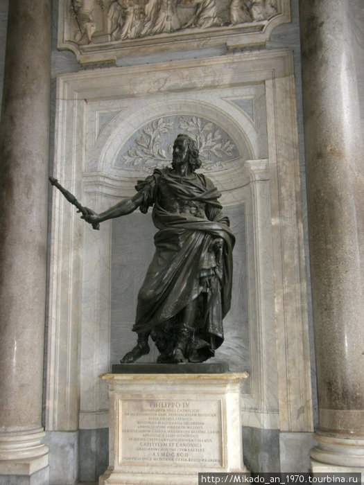 Перед входом в Санта Мария Маджоре, памятник Филиппу четвертому