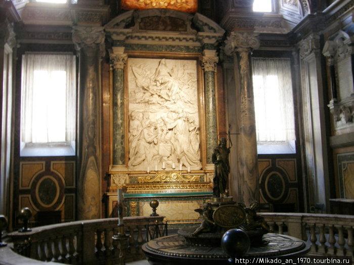 Внутри церкви, фрагмент