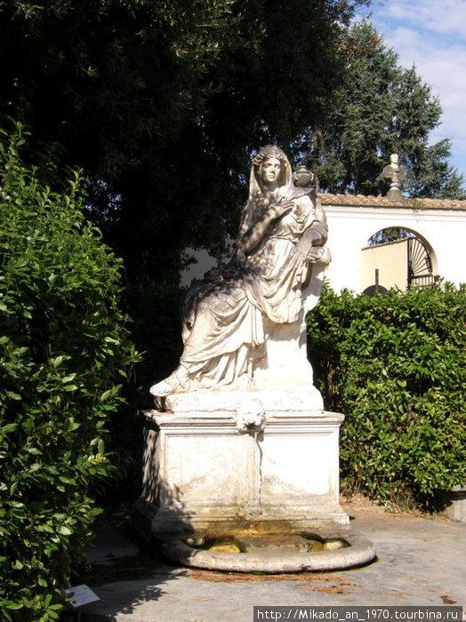 Женская античная скульптура в саду Ватикана