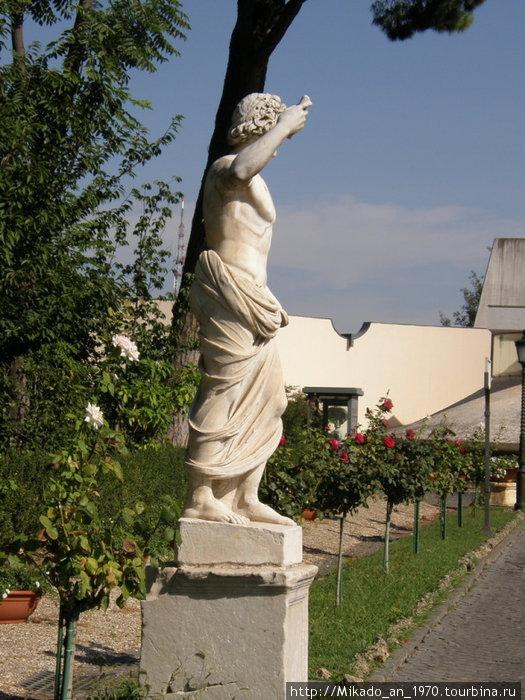 Античная статую, вид в профиль