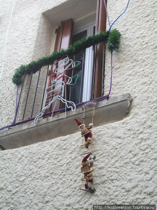 Сериньян. Рождественское украшение домов.
