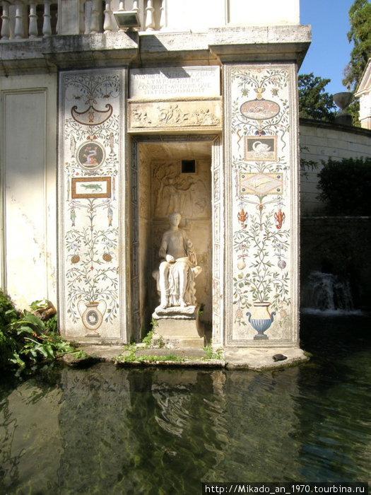 Скульптура у озера