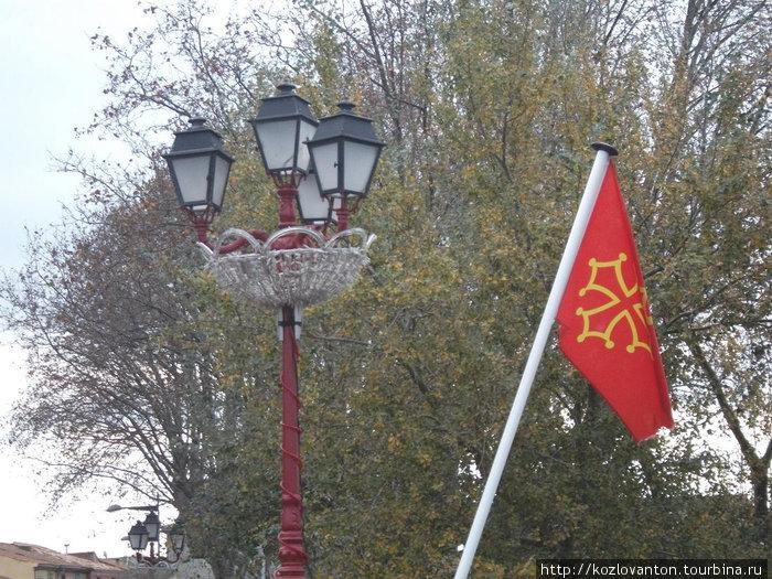 Флаг Аквитании на мосту через р. Орб.