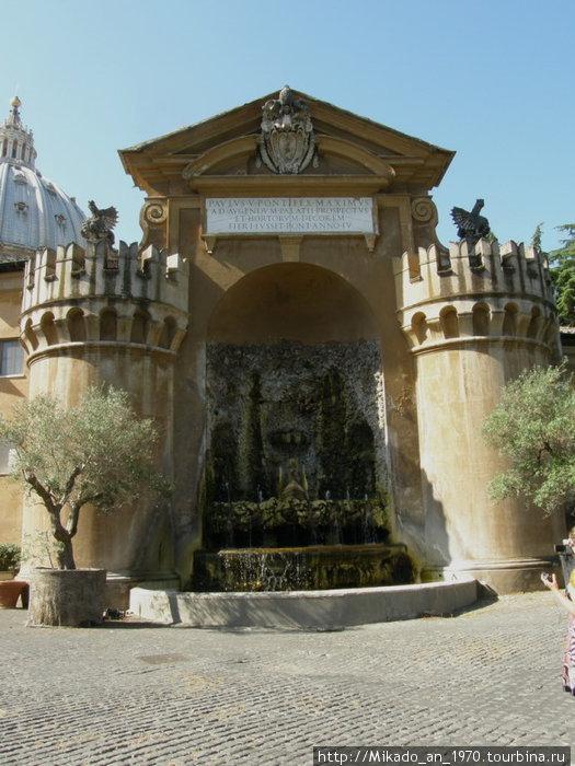 Небольшой фонтан с двумя башнями и грифонами