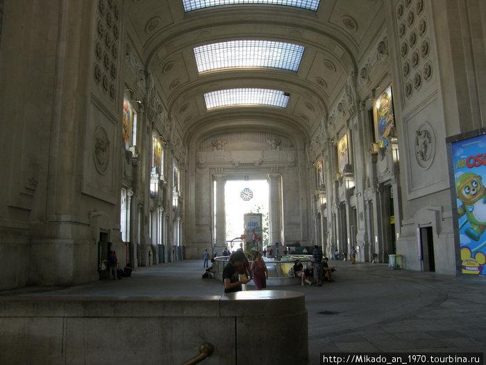 Перед центральным входом на железнодорожный вокзал в Милане