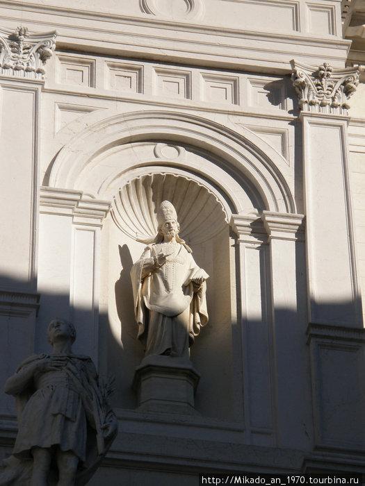 Скульптура церковного деятеля