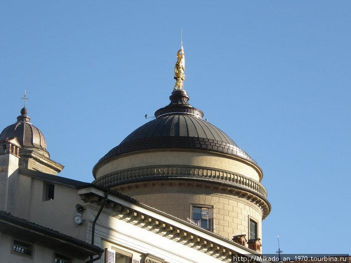 Купол с позолоченой статуей в Бергамо
