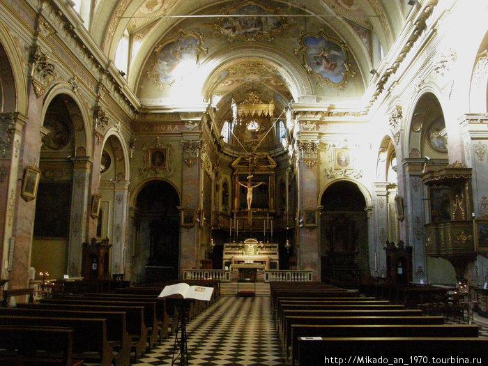 Под сводами церкви слышны католические песнопения