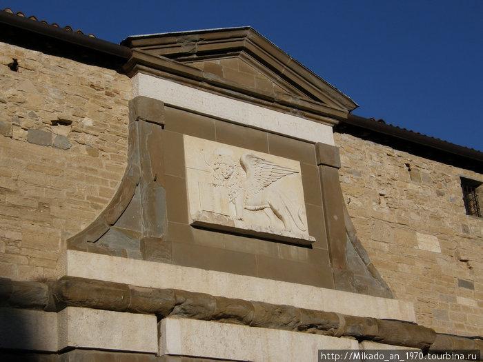 Каменный крылатый лев, в барельефе