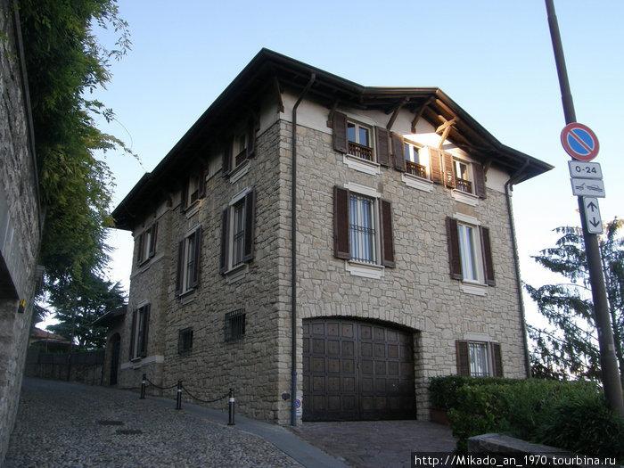 Симпатичный домик наверху