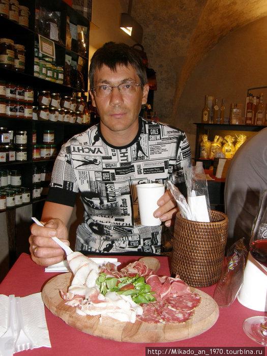 На дегустации вина, колбаса и сало как закусь