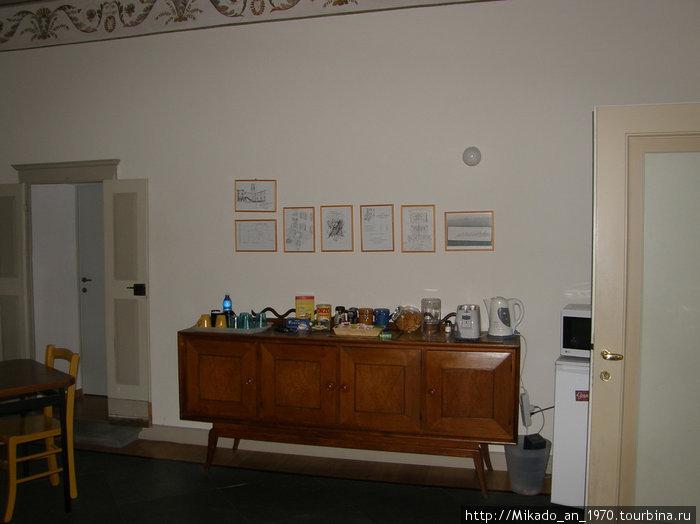 Столик в коридоре в ББ в Бергамо с перекусоном
