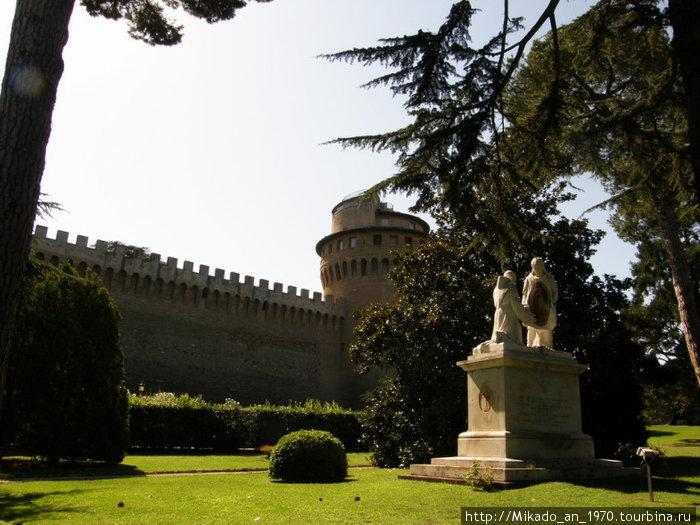 Мощные стены и христианские скульптуры