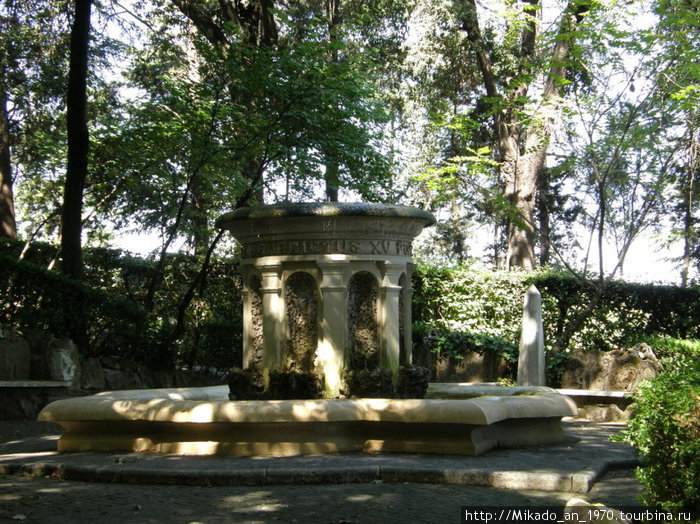 Еще один фонтан у выхода