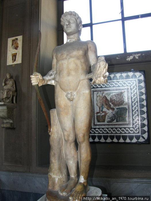 Античная статуя в античном зале музея Ватикана