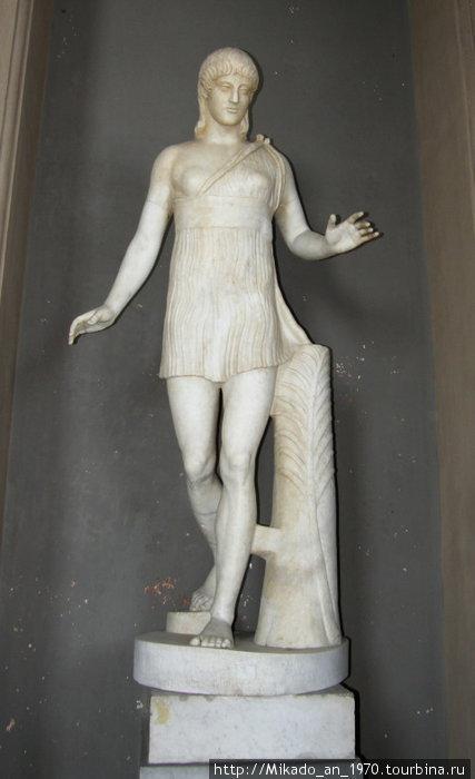 Античная статуя девушки