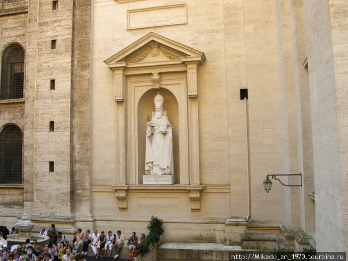 Каменный папа взирает на очередь туристов