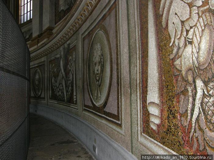 Вверху внутренней части собора Святого Петра