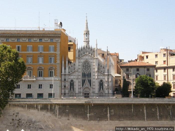 Небольшая церковь втиснутая между других построек, или наоборот