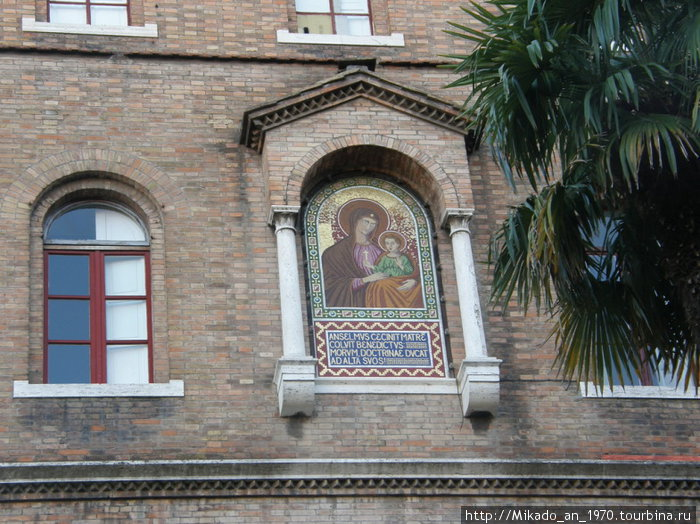 Мозаичный образ Санта Марии на стене