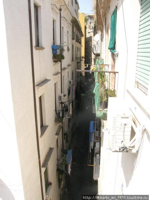 Узкая улочка в Неаполе — вид из окна отеля