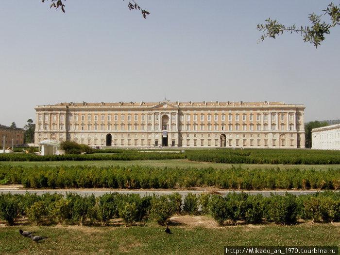 Дворец Казерта — вид издали