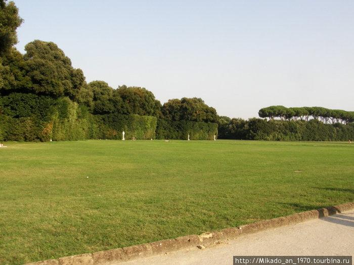 Зеленая лужайка в парке дворца Казерты