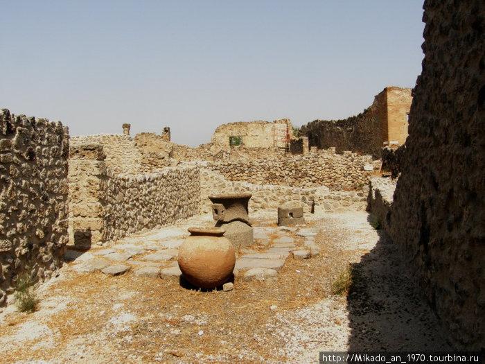 Помпеи — амфора во дворе