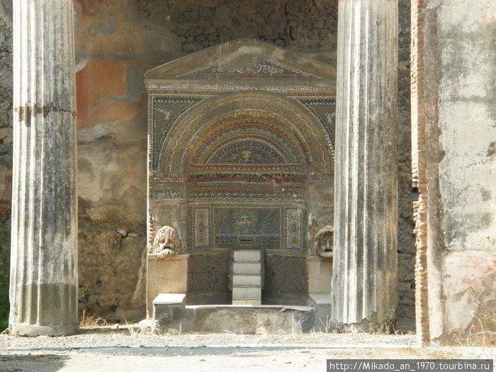 Двор с мозаичным фонтаном