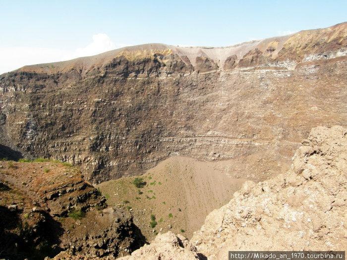 Одна из боковых стен кратера