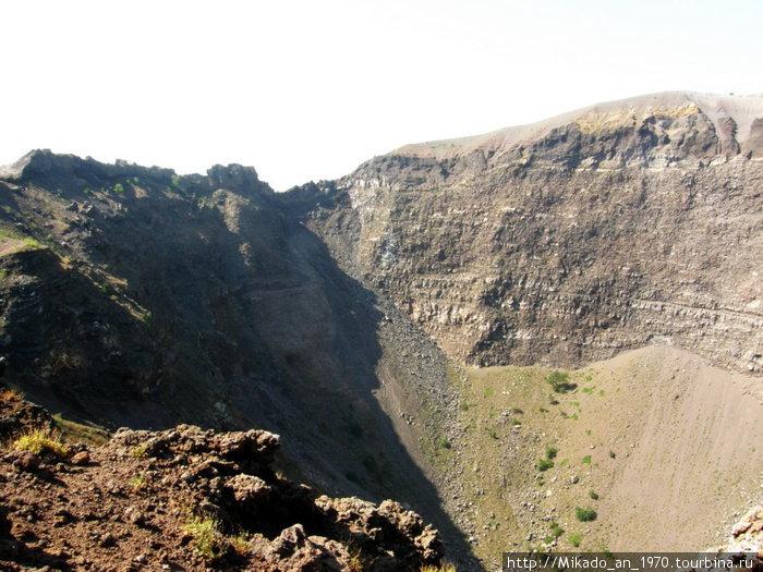 Склон кратера в тени