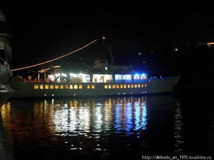 Корабль на Капри, марина Пикколо
