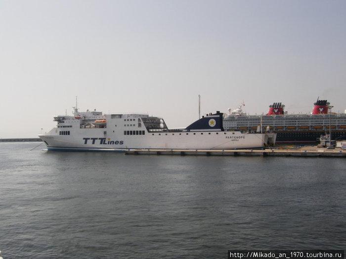 Один из кораблей в Неапольском порту