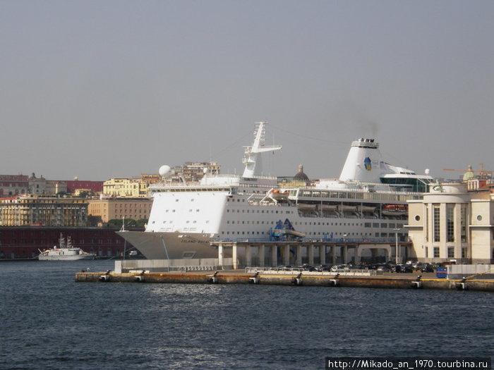 Еще один круизный лайнер в Неапольском порту