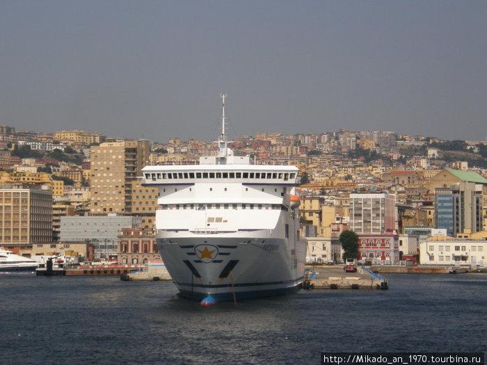 И еще один туристический корабль