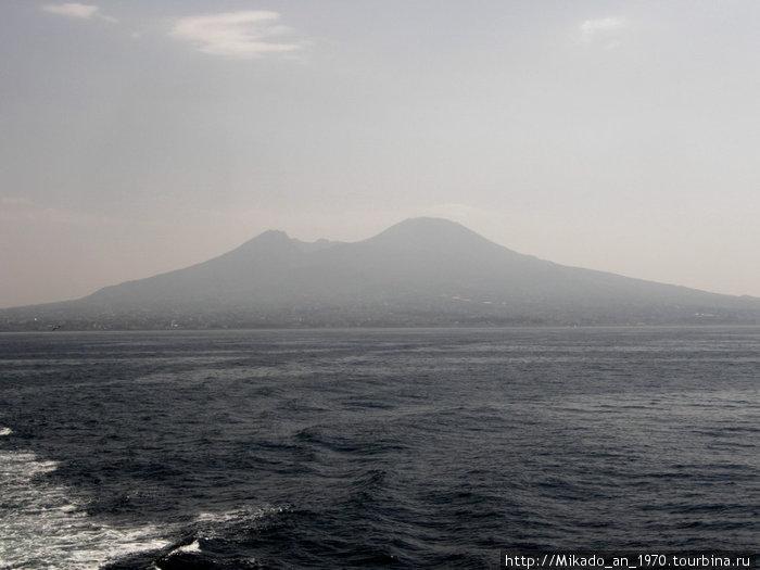 Везувий на горизонте Неаполитанского залива