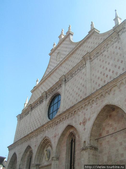 Мраморный фасад собора