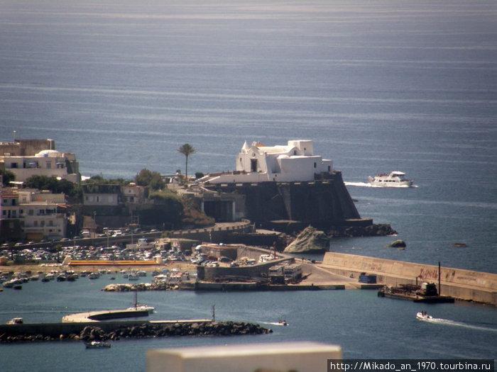 Форио — белая церковь на горизонте